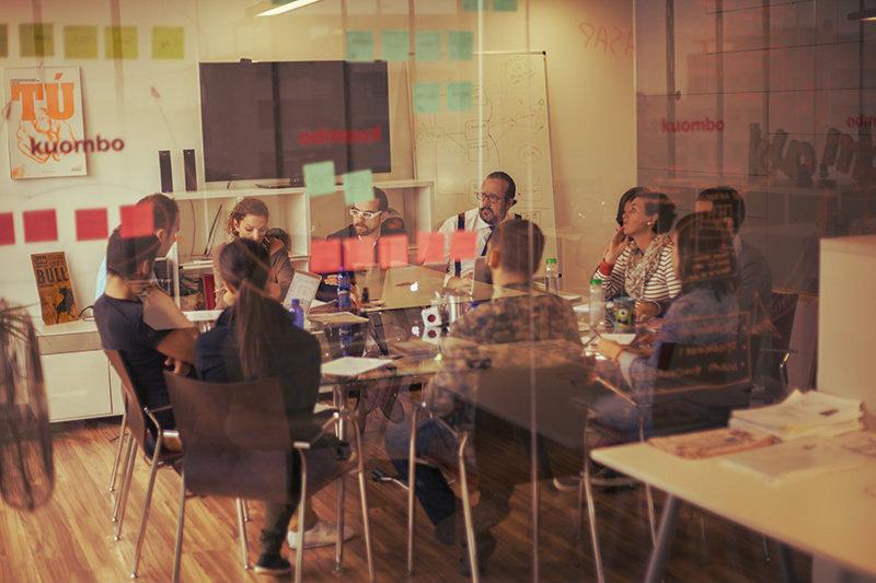 Equipo trabajando en un taller de definición de personas para un negocio online.