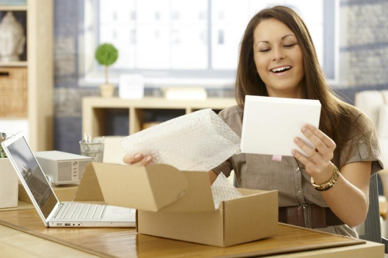 Chica abriendo una pedido online a un discovery ecommerce